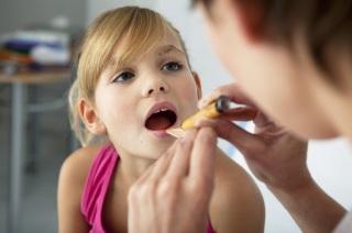 Проведение диагностики воспаления миндалин у детей.