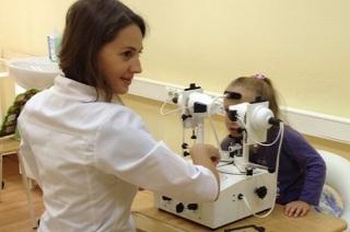 Проведение диагностики глаз при заболевании.