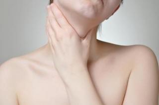 причины и симптомы возникновения узлового зоба щитовидной железы.